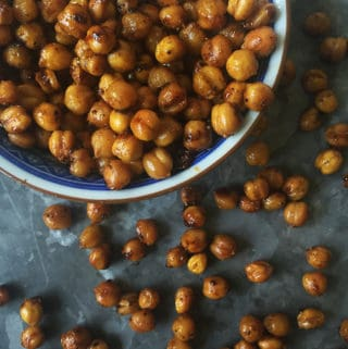 These crunchy Honey Chipotle Roasted Chickpeas make a great snack that pack a sweet and spicy punch. (via feastandwest.com)
